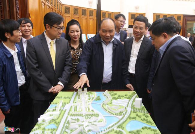 Thủ tướng Nguyễn Xuân Phúc tham quan mô hình trung tâm. Ảnh: Hiếu Công.