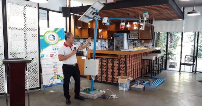 Tác giả Bùi Hữu Phú trình bày sản phẩm của mình