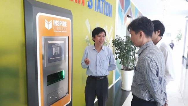 Đại diện trường ĐH Tôn Đức Thắng giới thiệu với đoàn của Sở KH&CN TP.HCM hệ thống thư viện thông minh của nhà trường