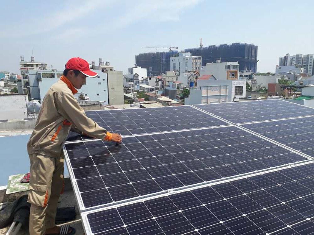 Không lo tăng giá, không lo cắt điện nhờ lắp pin mặt trời trên mái ...