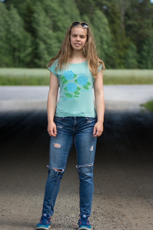 Här är en annan kulör på tröjan med upprullade slag. Denna har trycket med hortensia. Luckimi @luckimibrand www.luckimi.com