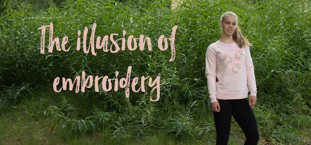 Illusionen av broderi finns på denna vackra tröja med Magnolior på.
