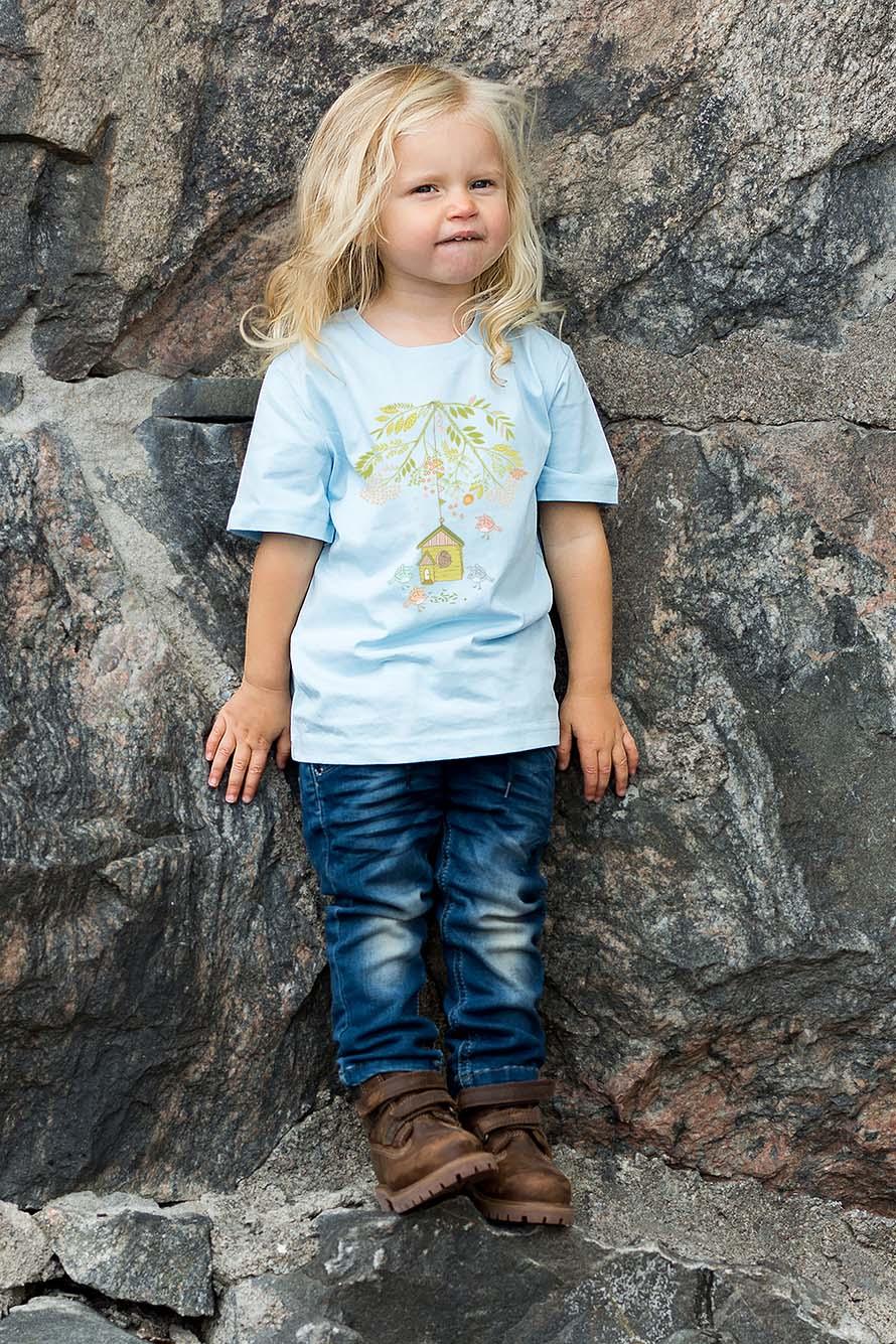 Härligt tryck med fåglar och fåglar på denna Premium t-shirt. Finns i stl. 98/104-134/140. Luckimi @luckimibrand www.luckimi.com