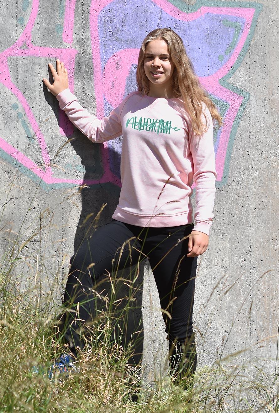 En rosa sweatshirt i härlig kvalité med tryck av Luckimi logotype. Tillverkad av ekologisk bomull.
