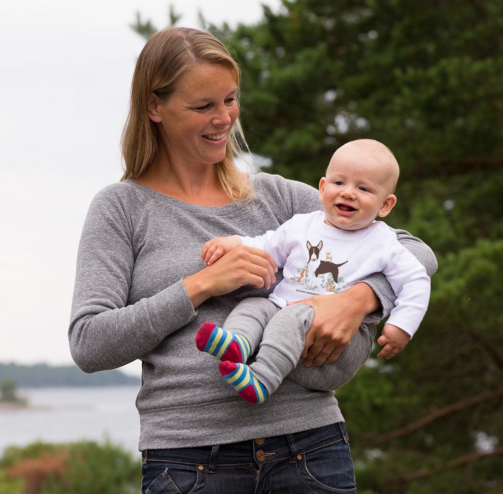Luckimi är ett lekfullt och kärleksfullt varumärke med stort sortiment av dam-, herr- och barnkläder som värnar om kvalité och miljö. - Alla våra produkter är rättvist tillverkade och många av dem är i ekologisk bomull.