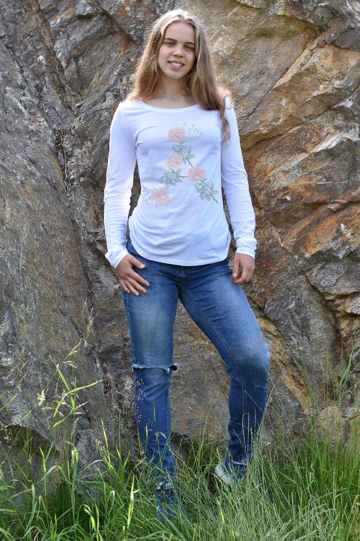 Långärmad t-shirt i ekologisk bomull med fin ringning - Finns i vitt, marinblått och svart.