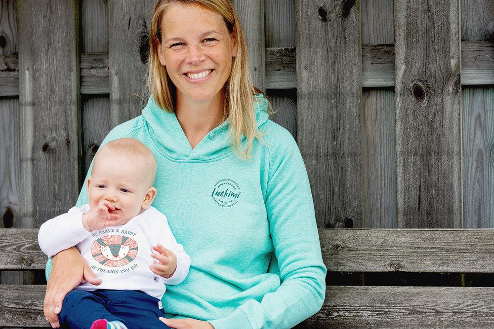 En härligt skön damhoodie och en babybodie i ekologisk bomull. @luckimibrand
