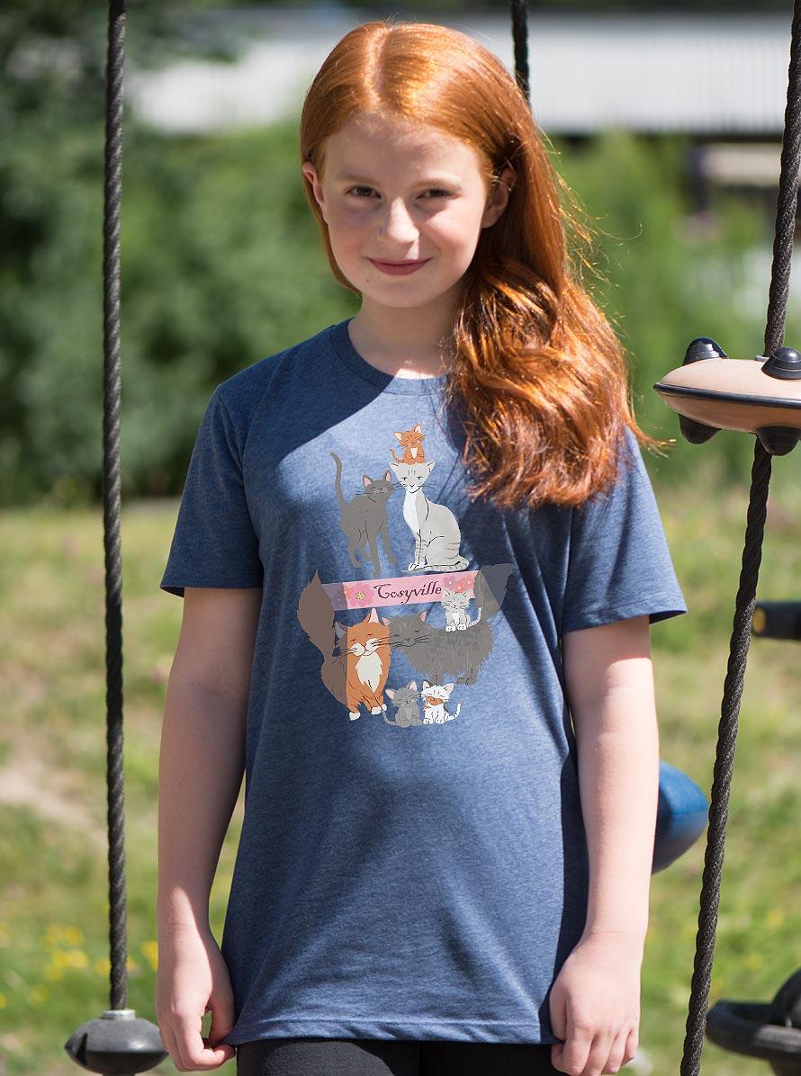 Gullig kattfamilj på en fint blåmelerad t-shirt. Finns i storlek från 98/104-158/164. @luckimibrand www.luckimi.com