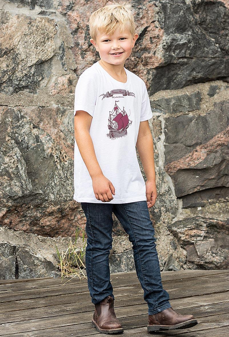 Fin premium t-shirt för barn med tryck av sjörövarskepp. Luckimi @luckimibrand