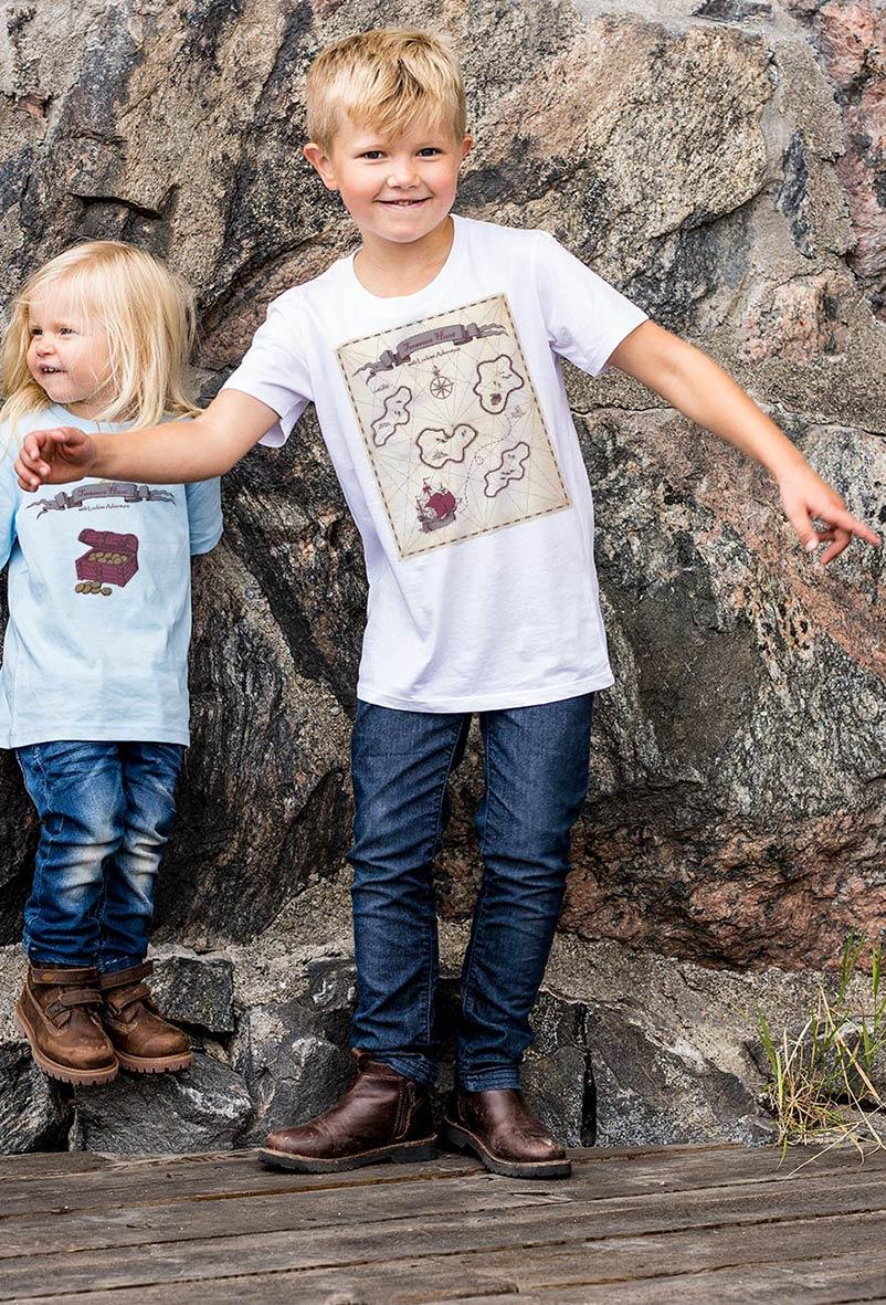 Tuffa tjejer och killar på skattjakt i fina premium t-shirts. Luckimi @luckimibrand