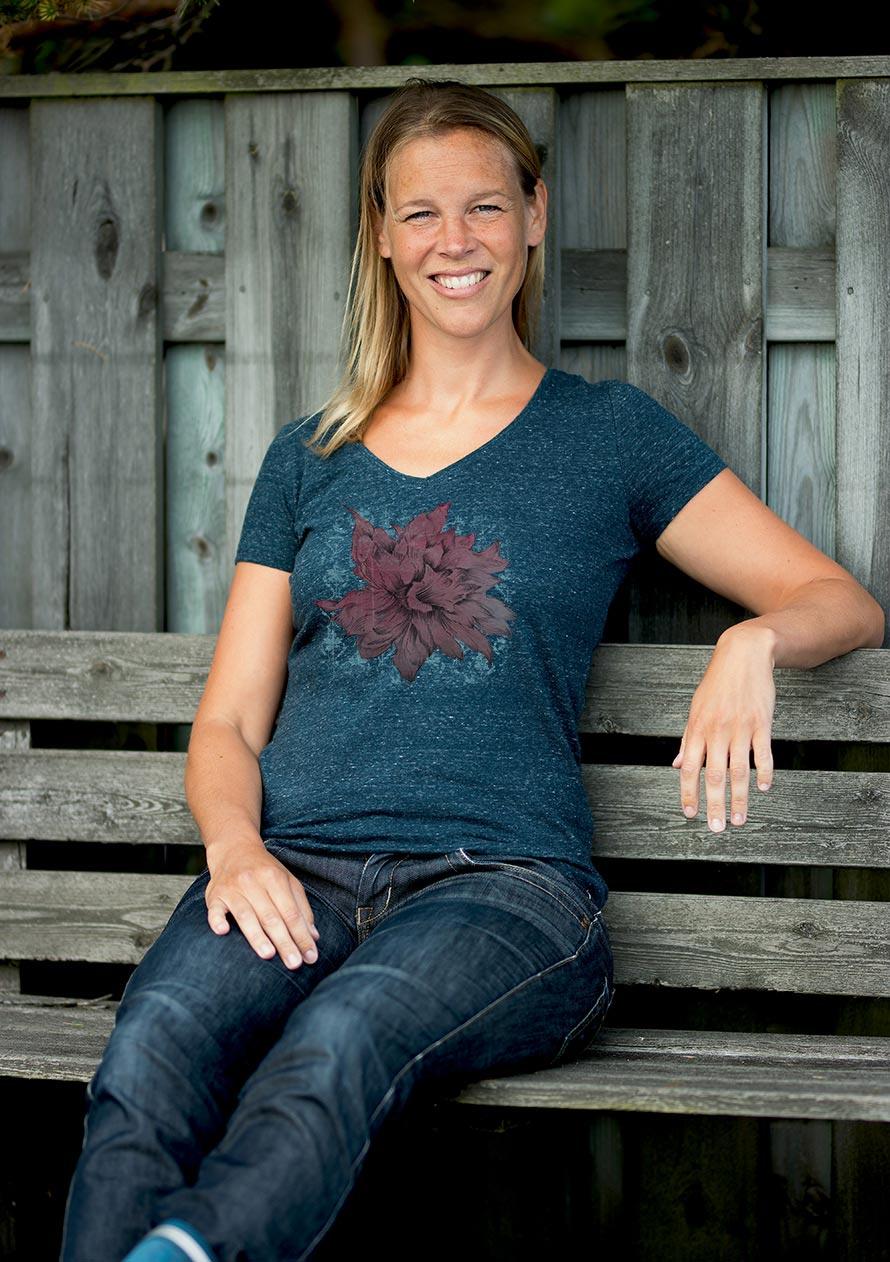 Kvalitativ dam t-shirt med v-ringning och fint blommönster. Gjord av ekologisk bomull.