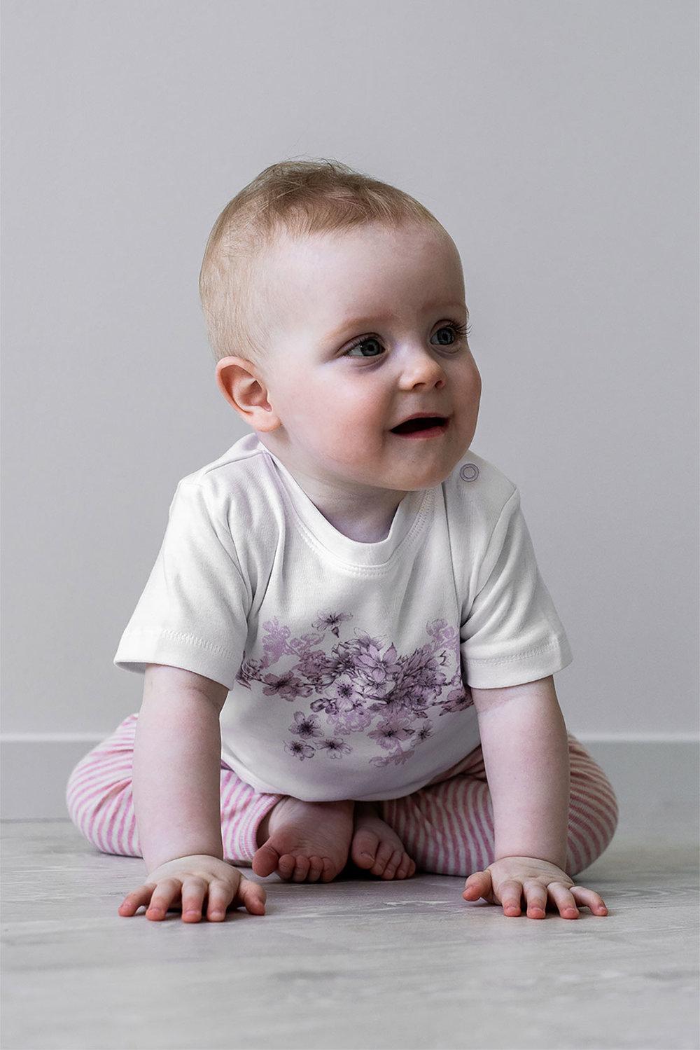Fin baby t-shirt med tryck av blommor. Knappar på axeln. @luckimibrand Luckimi