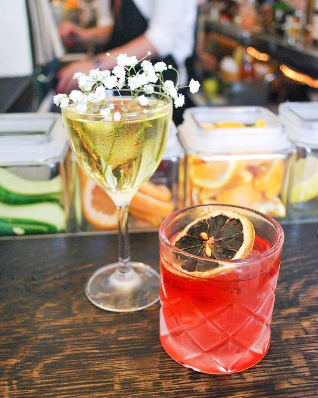 Who else is thinking about the weekend? I know I am 😂 If you're down on Macdougal street, head over to @dantenewyorkcity for happy hour Negronis. You won't be disappointed. OH, and head next door to @themermaidnyc for $1 oysters. ✨ Fun fact: my first NYC apartment was on Macdougal