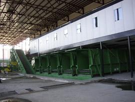 Kettengurtförderer Type KG als Materialbunker unter einer Sortierkabine  Sortierkabine mit hydraulischen Verschlusstüren