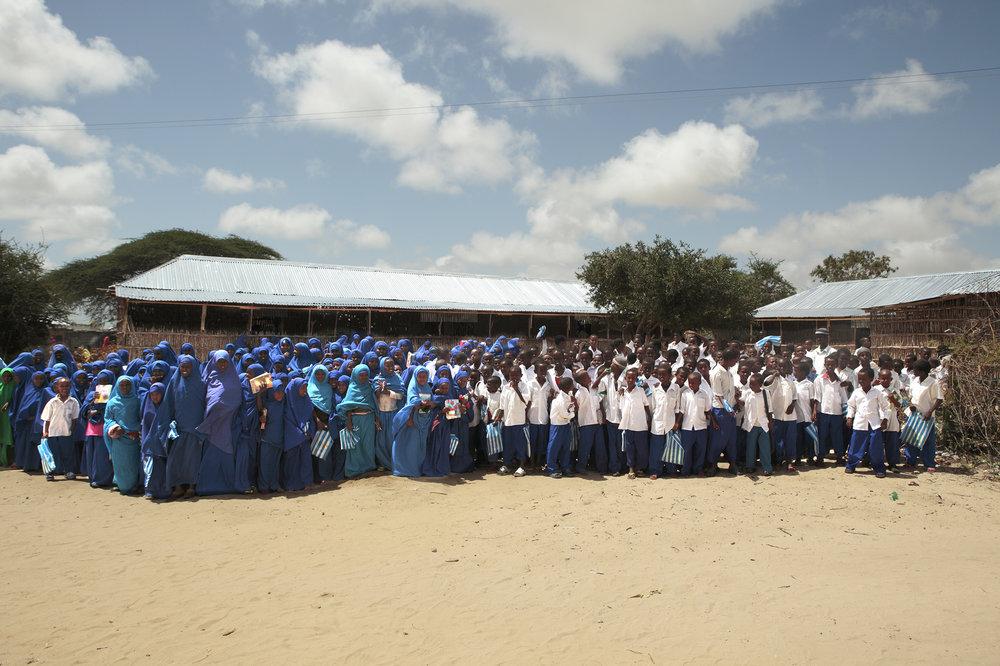 Les étudiants devant l'école RAJO