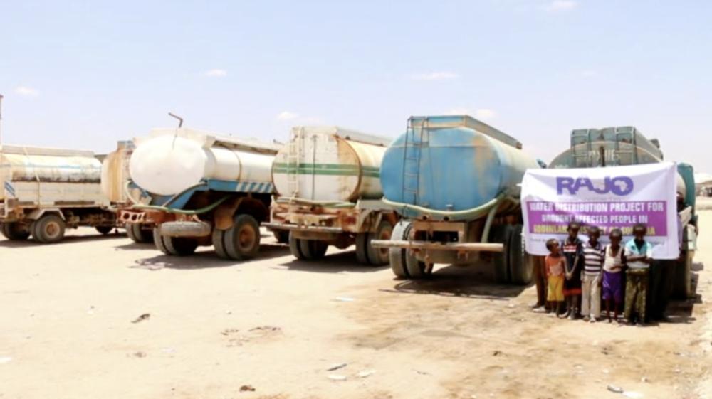 Puit d'eau à Adado, les camions puisent puis livrent dans les villages