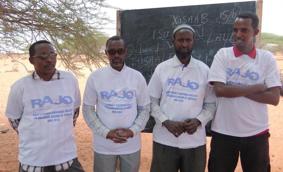 Les coordinateurs d' Iftiin ,un représentant de l'éducation et un villageois