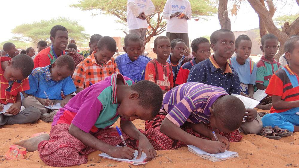 Les élèves du programme d'alphabétisation sont des adultes et des enfants