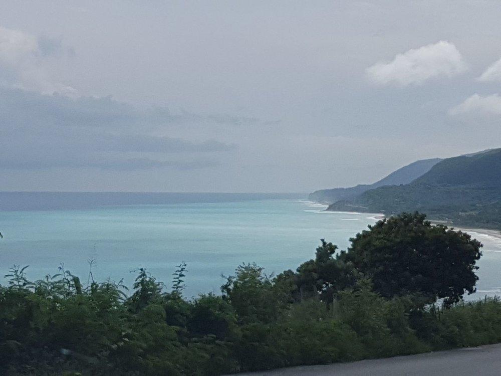 Camino de Barahona hasta Bahia, hermoso Mar Caribe que te acompaña por casi todo el recorrido.