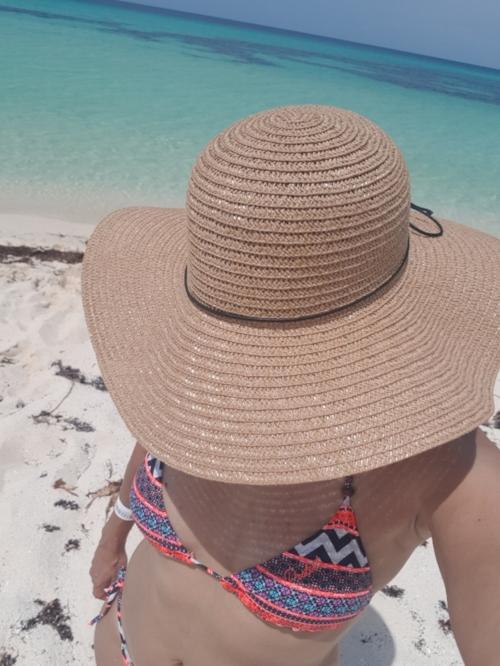Una arena blanca, hermosa y un mar caribe con una agua cristalina.