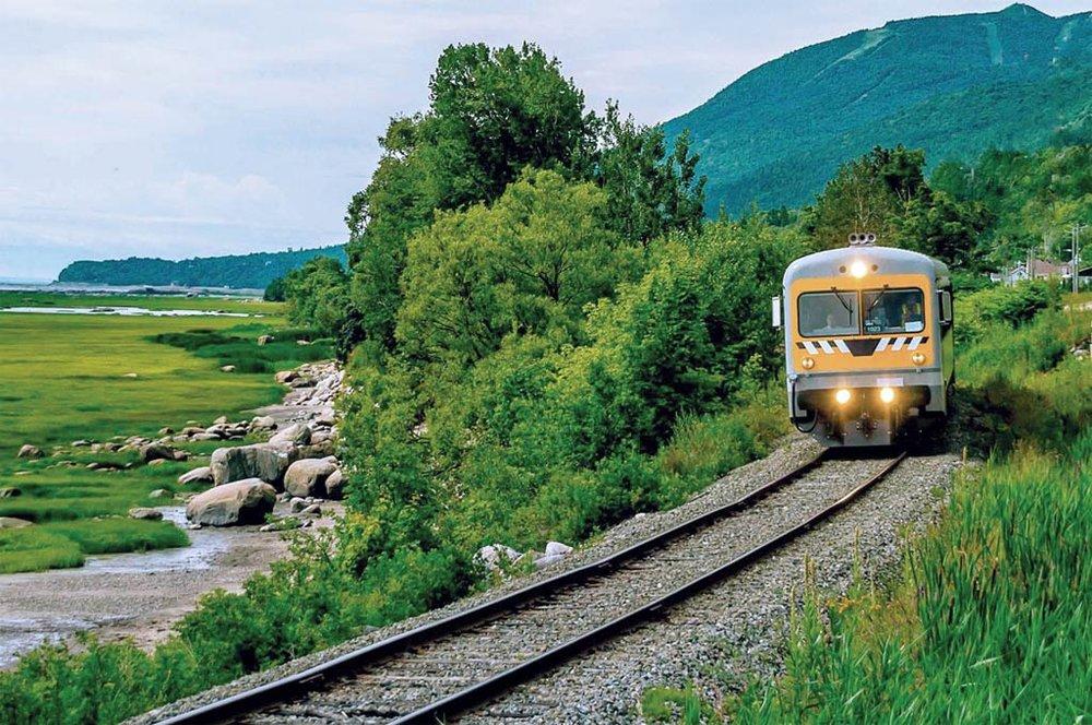 Train de Charlevoix - Attrait indispensable, le Train de Charlevoix vous invite à prendre place à bord et à admirer, lors d'une balade de plusieurs kilomètres, la beauté et les subtilités de l'incommensurable région charlevoisienne. Vous y verrez la spectaculaire chute Montmorency, les vallées somptueuses de Sainte-Anne-de-Beaupré et La Malbaie, en passant par Baie-Saint-Paul, Les Éboulements et Saint-Irénée. Une expérience remplie de culture et de plaisir!