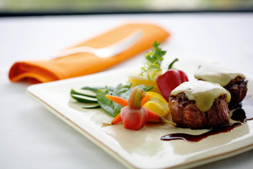 RESTAURATION - Le paysage charlevoisien est orné d'aires gourmandes. Que vous souhaitiez manger un repas rapide ou savourer un plat de cuisine raffinée, vous serez servis avec les nombreux bistros, cafés et restaurants d'inspirations variées.