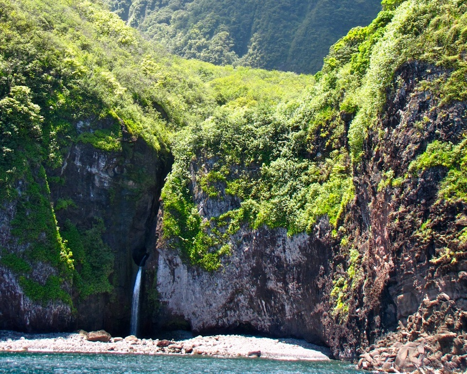 Haupa_Bay_Waterfall_Molokai_810.jpg