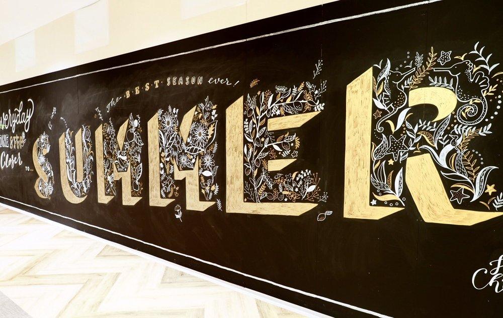 """横浜市にあるショッピングモール「north port mall」内の壁に描かせていただきました。7月にリニューアルオープン予定の場所なので、夏が楽しみになるようなイメージを考えました。 今回はひとつひとつのアルファベットを """"夏に出合う自然"""" をモチーフに描くこと、そして自分の絵に深みを持たせることに挑戦するため、ウィリアム・モリスの壁紙パターンをたくさんスケッチして参考にしました。 残念ながらもう見ることはできません。 Hand-painted for north port mall, a shopping mall in Yokohama. I drew each alphabets with different animals and nature, and was highly inspired by William Morris's beautiful wall paper designs.  May 2017 / Yokohama"""
