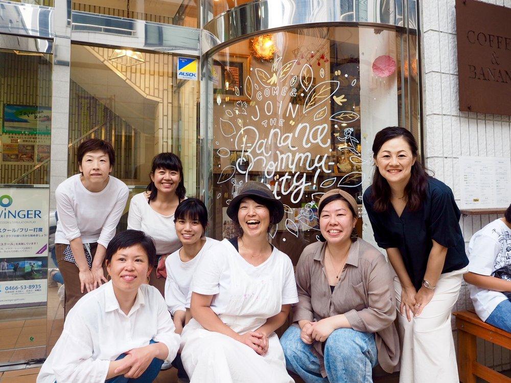 2周年記念のお祝いに窓にペイントしました。藤沢駅の近くにあるカフェで、季節のスムージーが絶品で大好きなお店です。Painted for their second anniversary. Great little cafe with amazing seasonal smoothies.  Aprir 2018 / Fujisawa