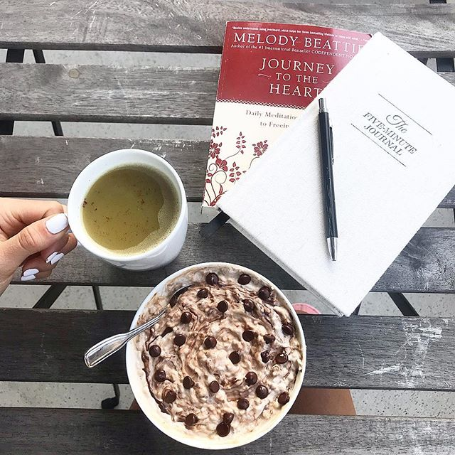 Sunday vibes to the next level👌🏼💯 Finally was able to have breakfast in my beloved balcony!☺️ I love having slow, meditative mornings out here with my journal and daily meditation book, and of course my current favorite breakfast: Warm Creamy Chocolate Chip Oats + Yerba Mate Latte 😋💭 Enjoy your Sunday!💕😘