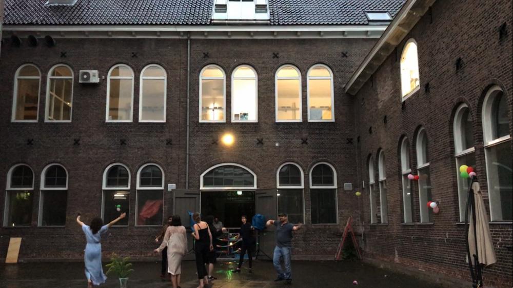 De zomerbarbecue op de Rijksakademie van beeldende kunsten mondde uit in dansen in de regen.