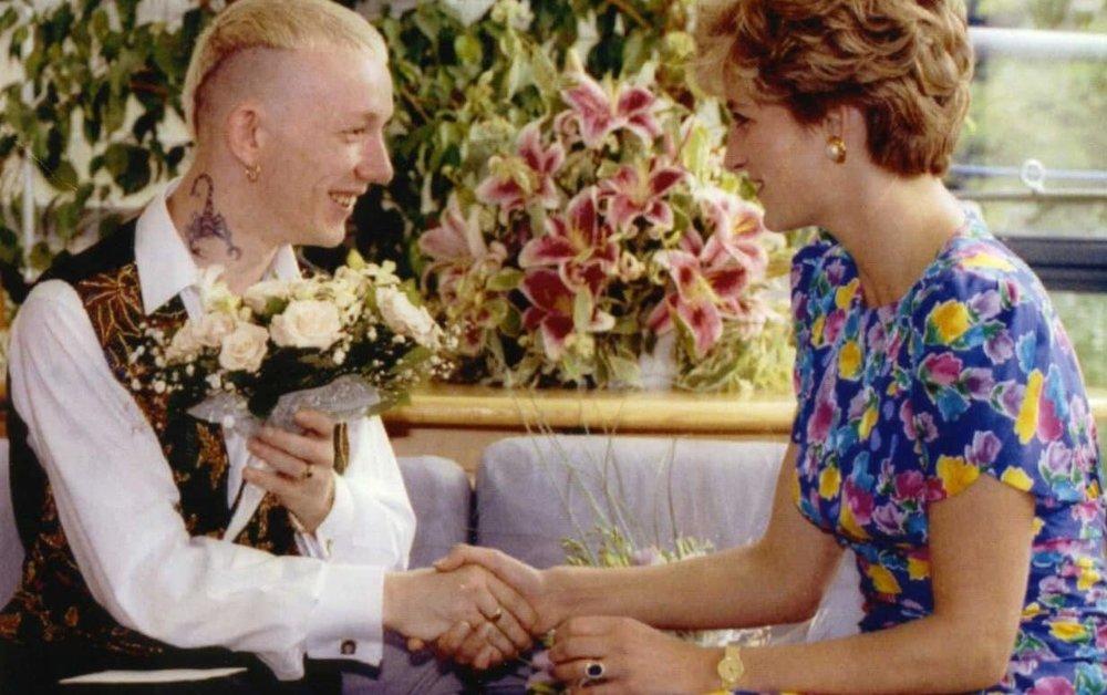 Prinses Diana in 1992 in gesprek met William Drake, patiënt in het London Lighthouse Aids Centre. Foto: Dylan Martinez/Reuters