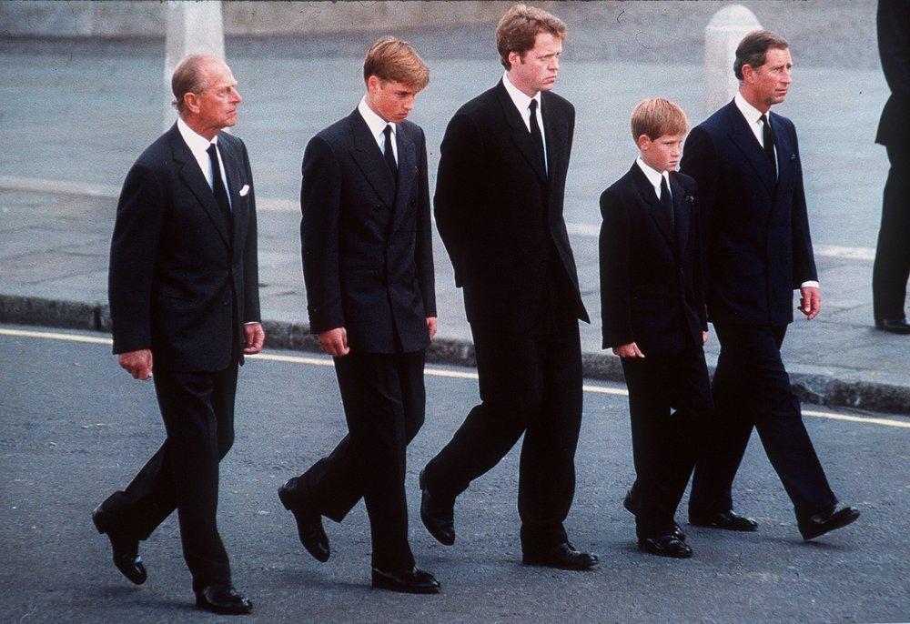 Harry (tweede van rechts) met zijn broer, vader, opa en oom achter de begrafeniskoets. Foto: Getty