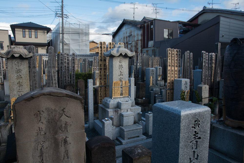 Begraafplaats vlakbij de boeddhistische tempel Shōmyōji in het district van de stad Yokohama.