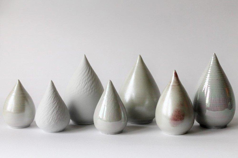 Porseleinen mini-urnen van de Amsterdamse keramist Marjoke de Heer