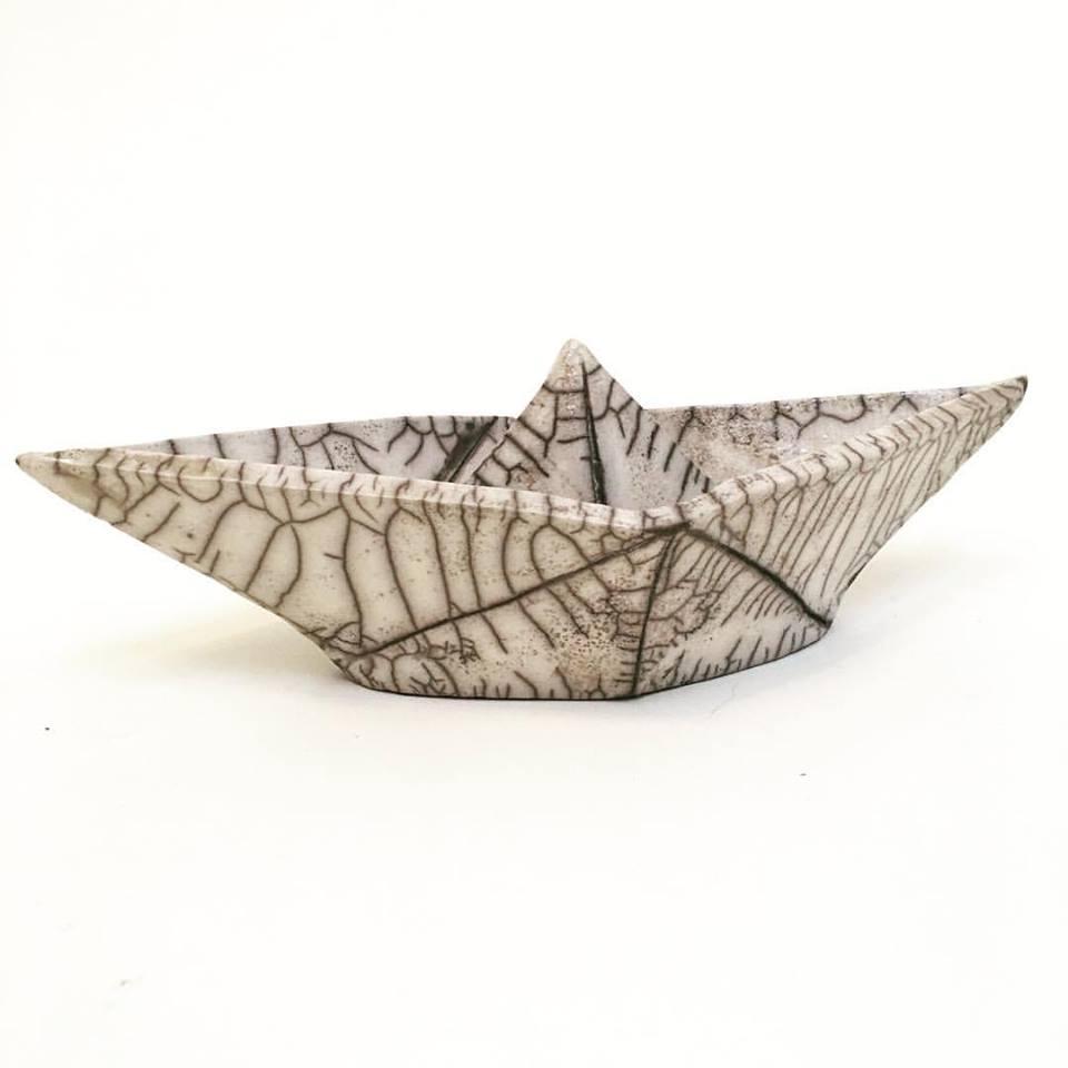 Susanne Arnoldussen-Suermondt van  De Urn  maakt op basis van persoonlijke ontwerpen urnen en herdenkingsbeeldjes van keramiek.