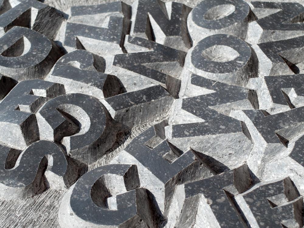 Uitgehakte letters in steen door Michiel Deylius