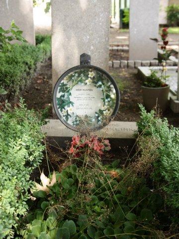 Rond 1900 was de graftrommel een traditie: een zinken trommel met daarin bijvoorbeeld foto's en een bloemenkrans. Sinds de jaren vijftig is het uit beeld geraakt. Foto: Dodenakkers.nl