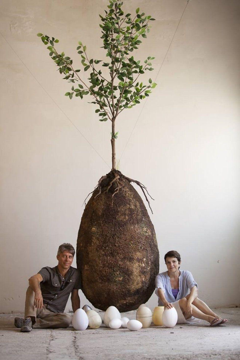 De Italiaanse designers van de Capsula Mundi: Anna Citelli en Raoul Bretzel