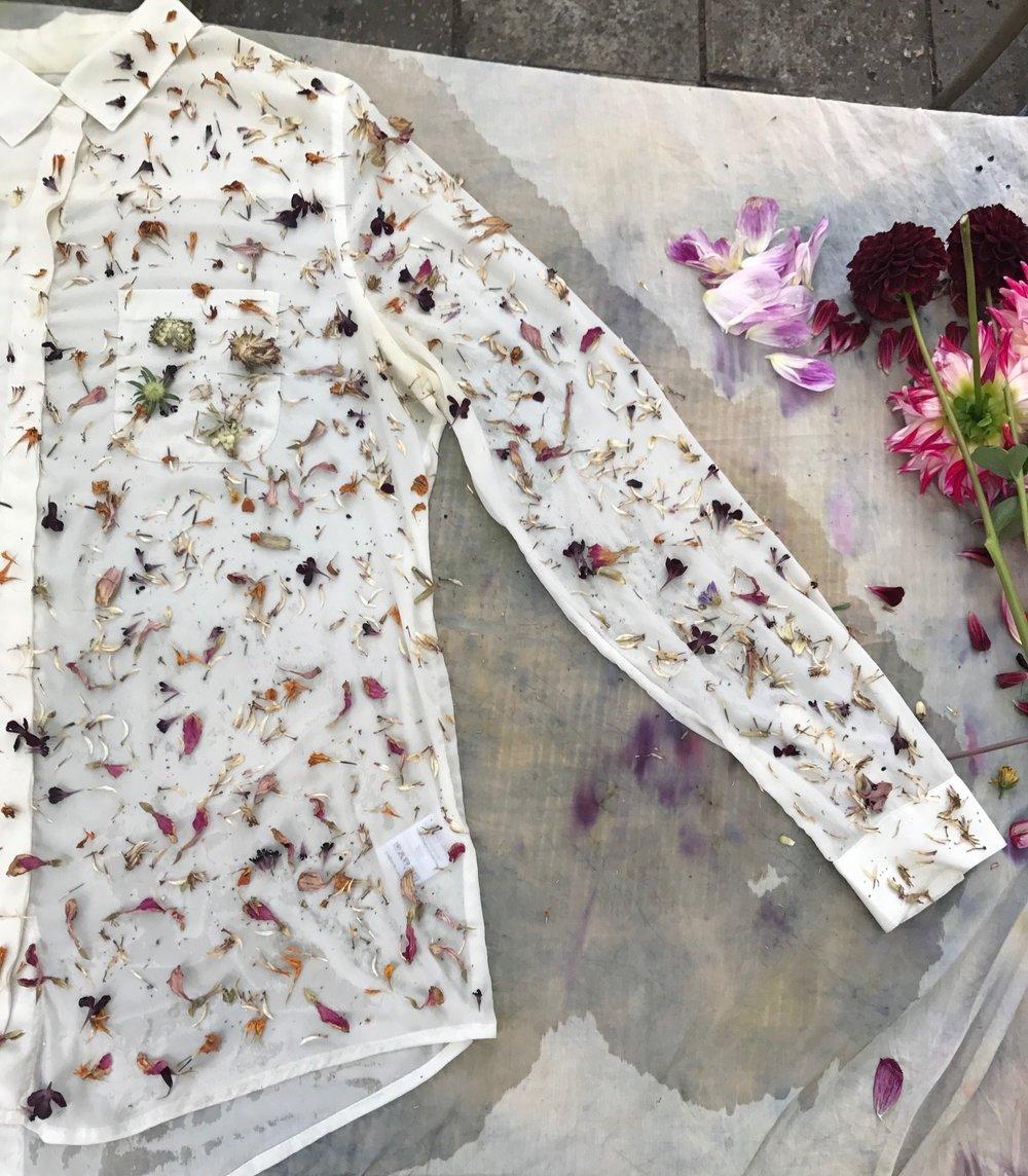 #1 Verf textiel met de bloemblaadjes - Bloemblaadjes dragen pigment waarmee je prachtige prints en kleuren kunt maken op textiel. Het mooie laken van oma of dat ene bloesje kan een prachtig nieuw leven krijgen met de liefde van de rouwbloemen. Zoek tutorials via youtube of maak er een gezamenlijke familie- of vriendenmiddag van onder begeleiding van natural dyeing experts zoals Lucila Kenny of Elin de Jong.