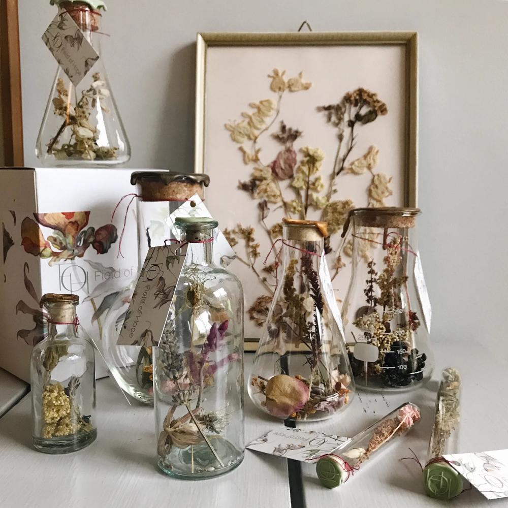 #3 Vereeuwig de bloemen in een frame of vaas - Ik ontdekte laatst een prachtig adresje: Field of Hope. Daniëlle en Hariatie maken er prachtige objecten van gedroogde bloemen. Laat jouw mooiste selectie van bloemen vereeuwigen in een oud lijstje of vaas, en geef het een mooie plek in je huis. Bekijk hun website voor alle mogelijkheden, het is beeldschoon.