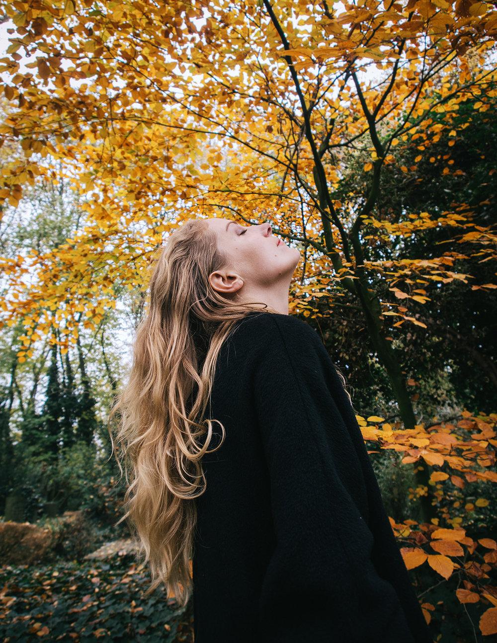 """""""I believe in the power of rituals, small things that make us feel the greatness of life and help us heal."""" - Voor A Course in Dying interviewde Claudia Crobatia mij met een paar luchtige vragen. Over mijn eerste ervaring met de dood, over mijn ideeën bij afterlife, over rituelen en over mijn eigen begrafenis ooit."""