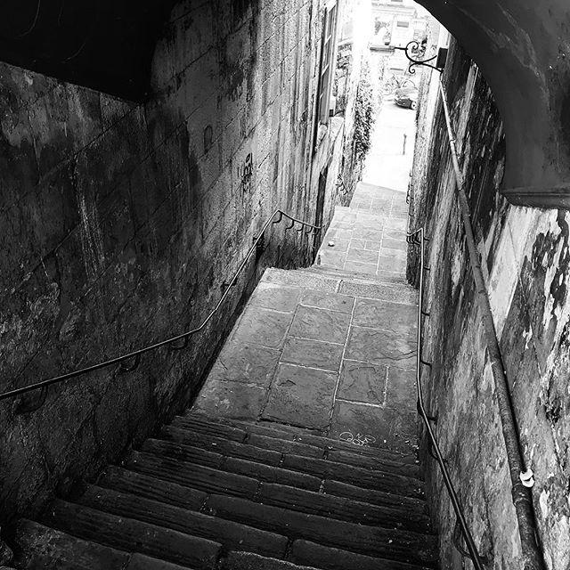 Descent. • • • #themonochromelife #themonochromerambler #lifeinblackandwhite #blackandwhitephotography #bathuk #backstreets #contrast