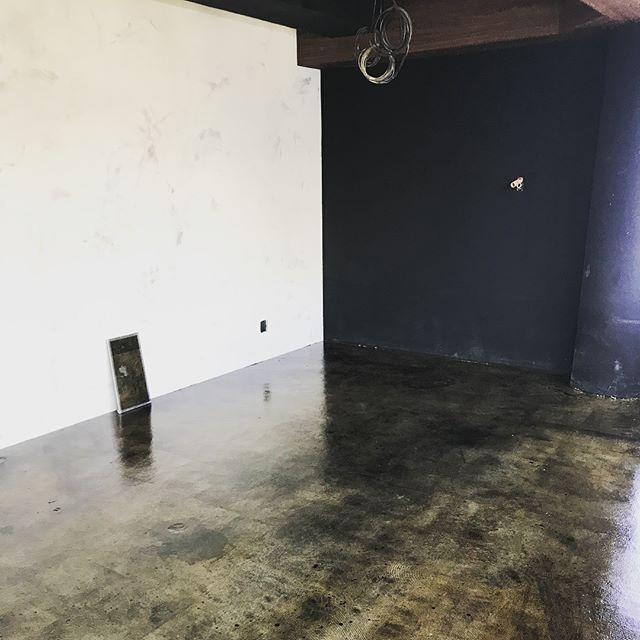 渋谷、オフィスビル、床エイジング塗装工事です。  pタイルを剥がした跡が残ってるような仕上がりです。