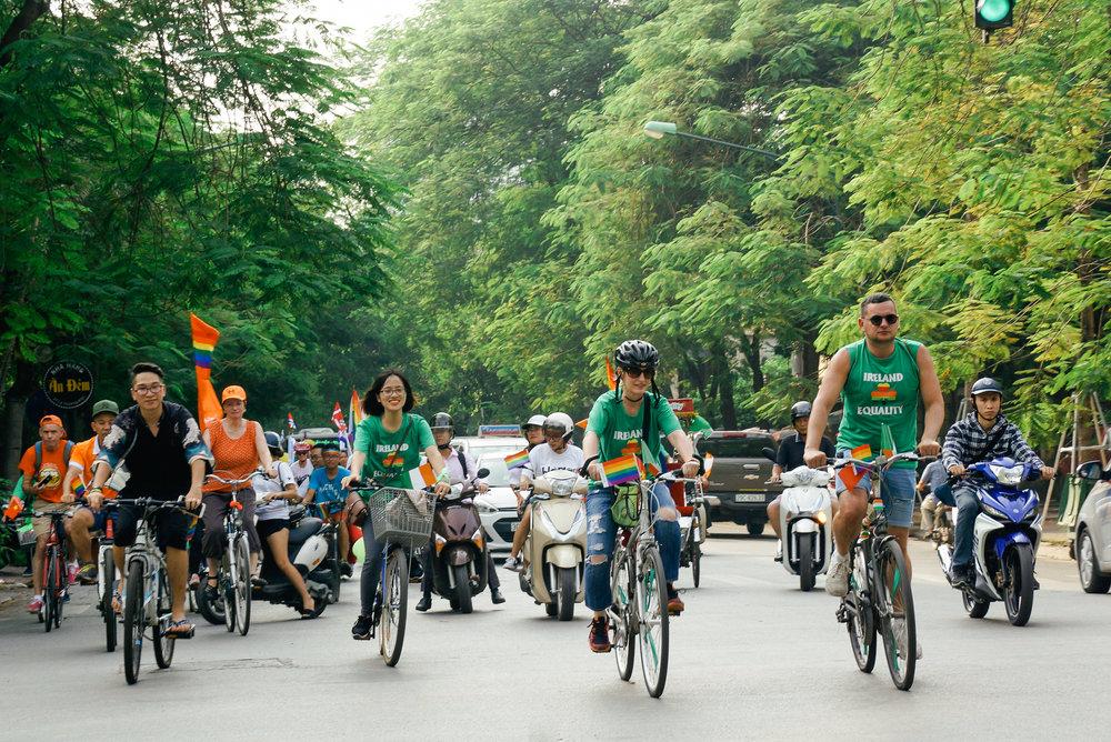 Tham gia đạp xe cùng đoàn diễu hành của Hanoi Pride 2017