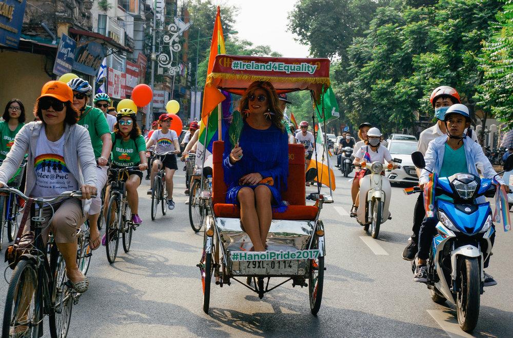 Panti Bliss tham gia diễu hành cùa Friends of Ireland và Hanoi Pride 2017