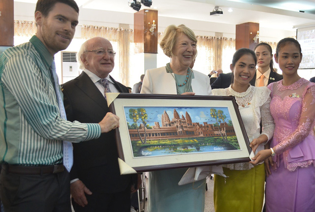Một tổ chức cộng đồng của các bạn Lào tặng vợ chồng Tổng thống Michael D. Higgins bức tranh mà nhóm tự làm để tri ân sự hỗ trợ của Ireland đối với các hoạt động của tổ chức xã hội