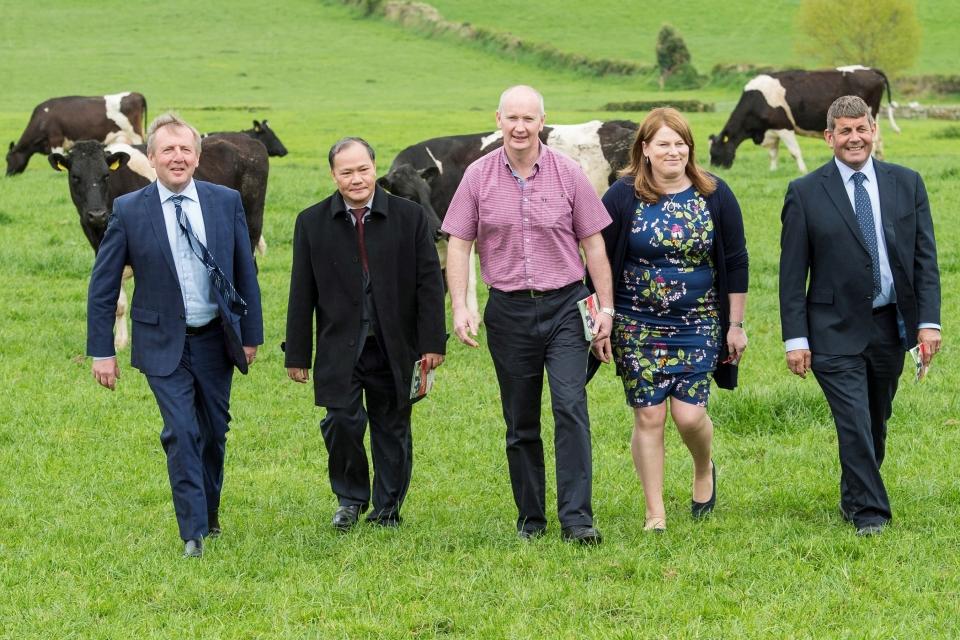 Ông Andrew Doyle, Quốc vụ khanh phụ trách Thực phẩm, Lâm nghiệp và Trồng trọt Ireland (ngoài cùng, bên phải) cùng ông Hoàng Văn Thắng (thứ hai, từ trái sang) - Thứ trưởng Bộ Nông nghiệp và Phát triển Nông thôn. (Nguồn: Đại sứ quán Ireland tại Hà Nội)