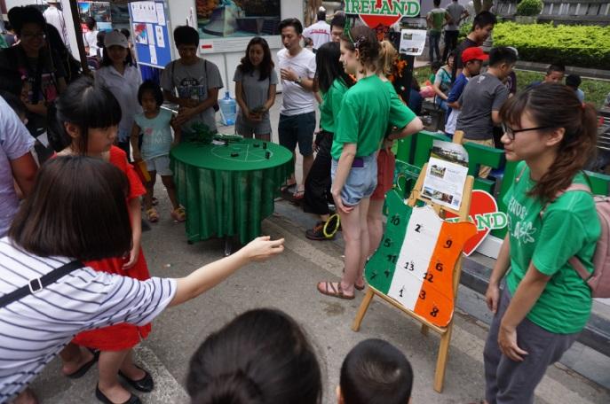 Nhóm Friends of Ireland in Vietnam, các tình nguyện viên người Ireland, và thành viên của Câu lạc bộ bóng đã Viet Celts đã tham gia tổ chức các hoạt động thể thao, trò chơi truyền thống cho các bạn trẻ.