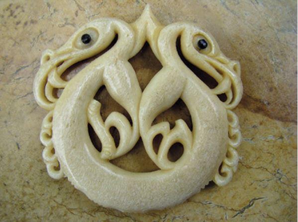 Pekapeka carving representing Hirini Melbourne and Richard Nunns